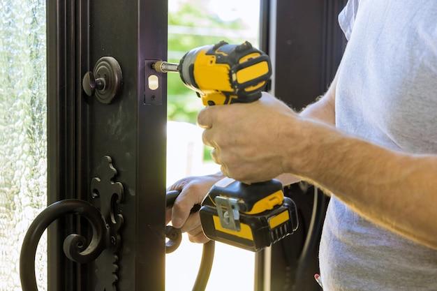 Il costruttore nell'installazione di una porta chiude la porta di una nuova casa