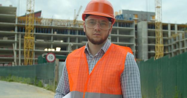 Generatore in piedi davanti all'edificio in costruzione