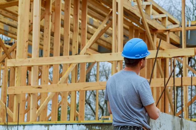Costruttori sulla nuova casa del cantiere in costruzione