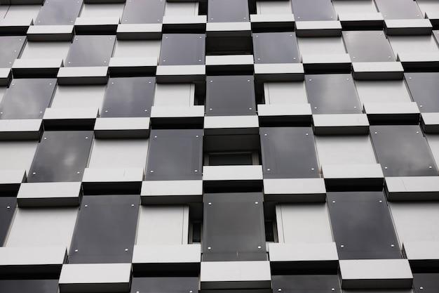 Costruire dettagli di architettura, design della facciata. edificio moderno nero e grigio.