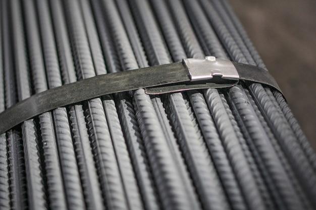 Costruire armature nel magazzino della fabbrica metallurgica.