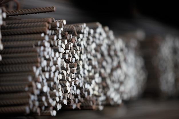 Costruzione di armature nel magazzino della fabbrica metallurgica.