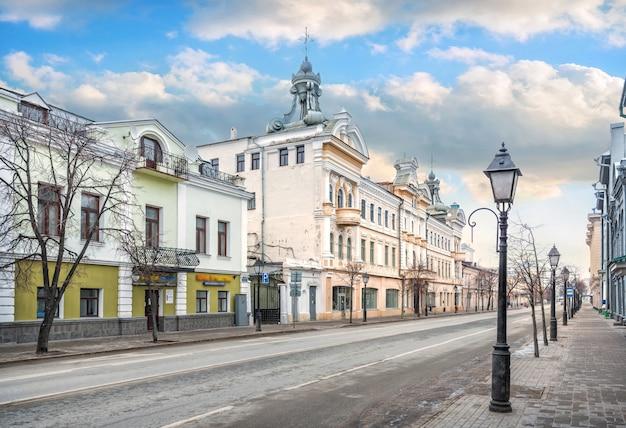 La costruzione del passaggio chernoyarovsky a kazan sulla strada del cremlino sotto un cielo blu