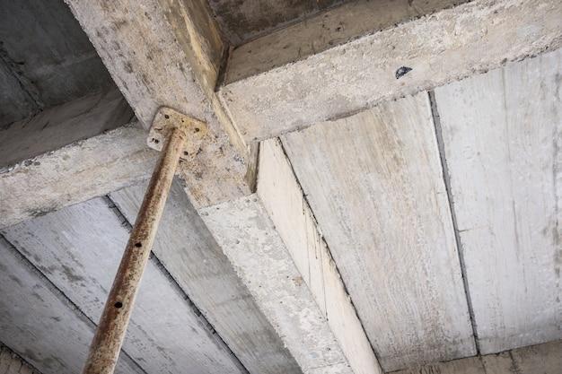 Edificio in costruzione con travi in cemento di sostegno in ferro acciaio