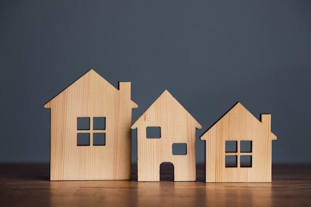 Costruire un modello di casa in legno diverso sul tavolo