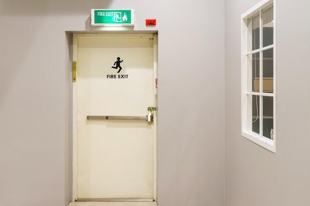 Costruzione di un'uscita di emergenza con segnale di uscita sulla porta e estintore