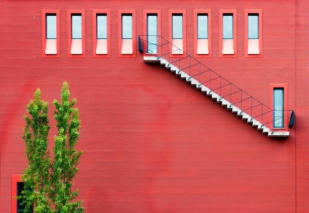 Un edificio in europa con uno sfondo rosso