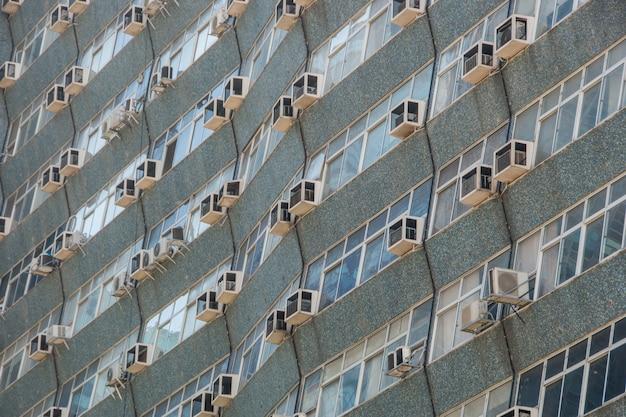 Facciata di edificio nel centro di rio de janeiro in brasile.