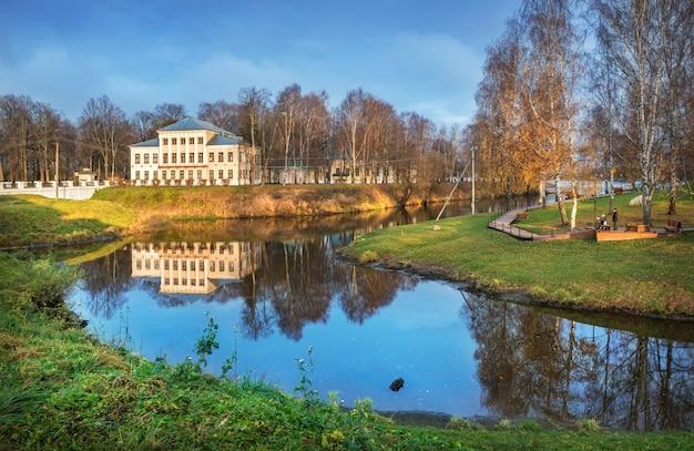 L'edificio dell'ex city duma di uglich con riflesso nello stone stream
