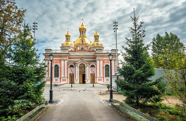 La costruzione della cattedrale dei cosacchi della santa croce su ligovsky prospekt a san pietroburgo in una giornata di sole autunnale