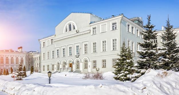 L'edificio dell'università di kazan in una giornata invernale su uno sfondo di cielo blu