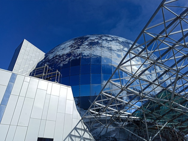 L'edificio il museo dell'oceano mondiale a kaliningrad