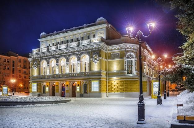 La costruzione del teatro drammatico di nizhny novgorod in inverno