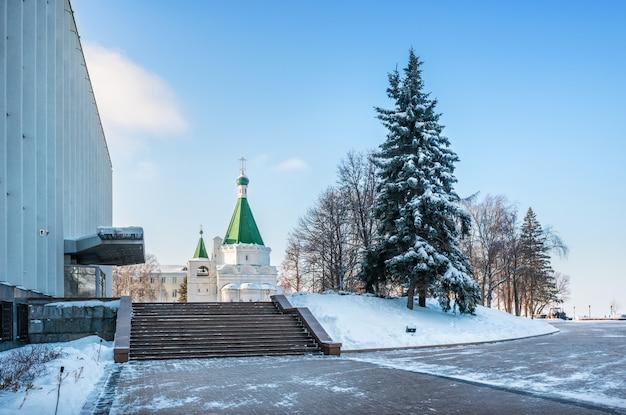 L'edificio del governo dell'oblast e la cattedrale dell'arcangelo nel cremlino di nizhny novgorod