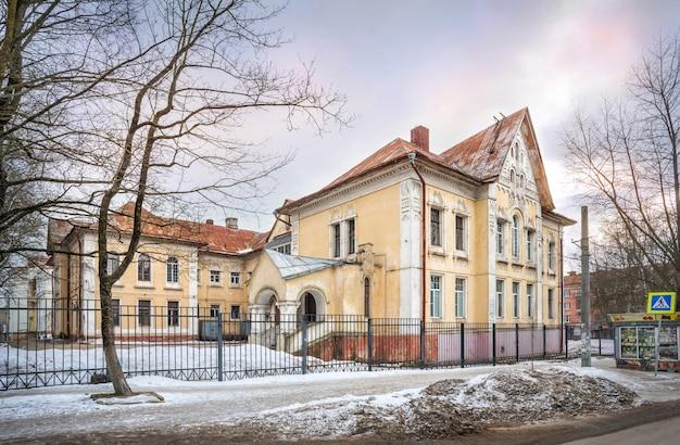 La costruzione del reparto di ostetricia in un ospedale a smolensk sotto il cielo azzurro primaverile