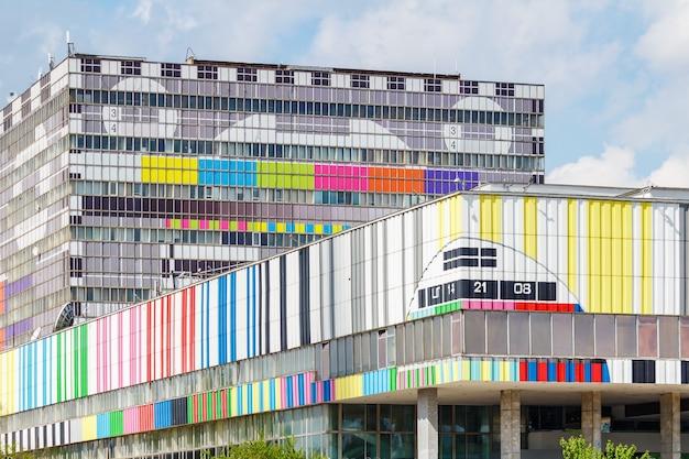 Edificio del centro tecnico ostankino tv a mosca su uno sfondo di cielo azzurro con nuvole bianche