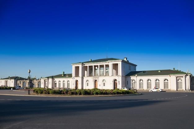 Costruzione della stazione ferroviaria nella città di pushkin, carskoe selo. cielo blu, strada vuota, estate - san pietroburgo, russia, luglio 2020