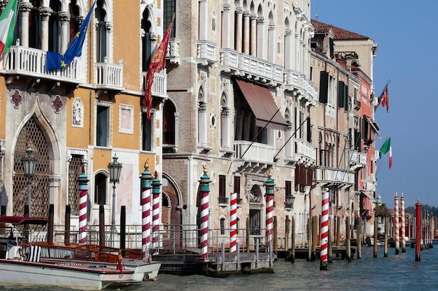 Edifici e barche del canal grande a venezia