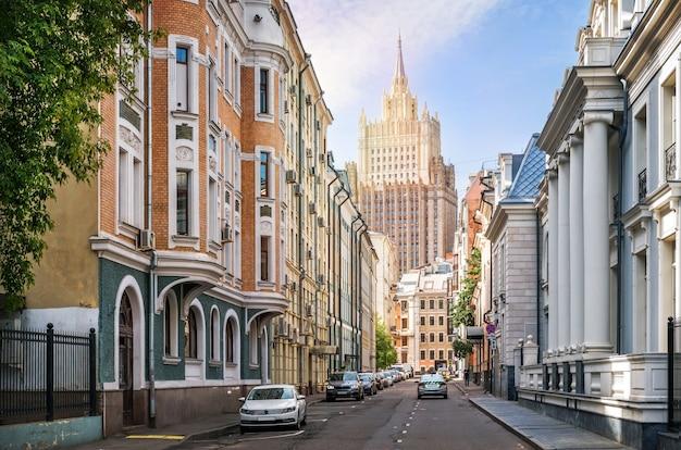 Edifici in corsia krivoarbatsky e il grattacielo del ministero degli affari esteri a mosca in una mattina d'estate