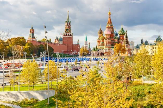 Edifici del cremlino di mosca e cattedrale di san basilio sulla piazza rossa al giorno pieno di sole di autunno