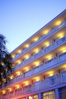 Luci notturne delle costruzioni nell'ambito di penombra blu di sera