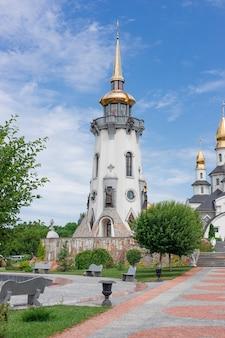 Buki o buky, regione di kiev, ucraina - 30 giugno 2019: facciata di una moderna chiesa cristiana nel buki autumn park, costruita dall'imprenditore suslov
