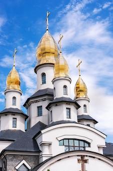 Buki o buky, regione di kiev, ucraina - 30 giugno 2019: facciata di una moderna chiesa cristiana nel buki summer park, costruita dall'imprenditore suslov
