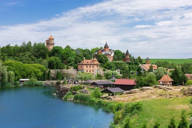 Buki o buky, regione di kiev, ucraina - 30 giugno 2019: vista panoramica del parco estivo di buki, costruito dall'imprenditore ivan suslov