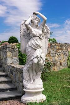Buki o buky, regione di kiev, ucraina - 30 giugno 2019: statua di un angelo nel parco estivo di buki, costruito dall'imprenditore ivan suslov