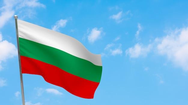 Bandiera della bulgaria in pole. cielo blu. bandiera nazionale della bulgaria