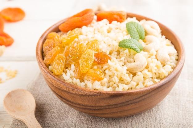 Porridge bulgur con albicocche secche