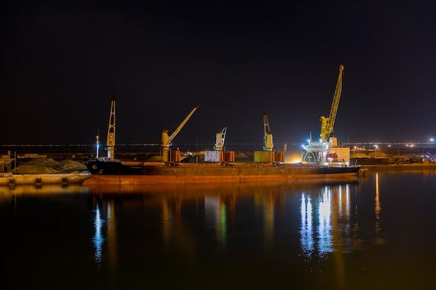 Nave portarinfuse ormeggiata in porto. vista notturna. bulker. nave da carico a secco.