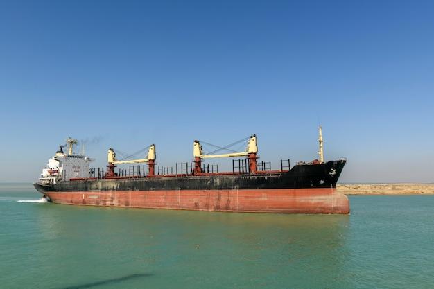 Nave portarinfuse. vista dal lato. bulker. nave da carico a secco.