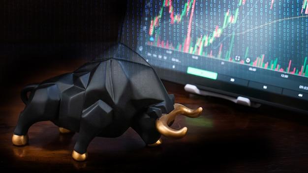 Il toro e il grafico per il concetto di commerciante di affari o mercato rialzista Foto Premium
