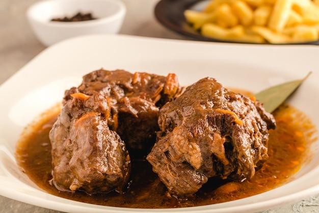 La coda di toro è cotta e pronta da mangiare in un ristorante spagnolo