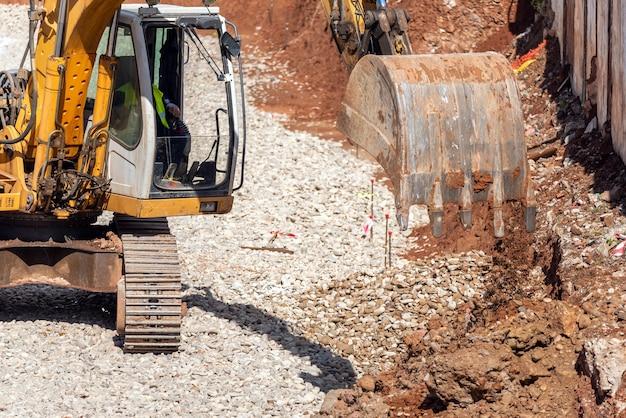 Un bulldozer che esegue un'operazione di movimento terra