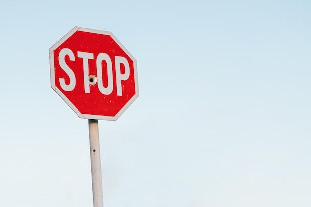 Fori di proiettile nel segnale di stop