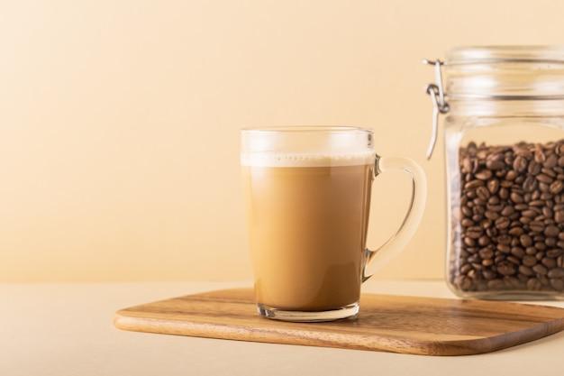 Caffè antiproiettile, miscelato con burro biologico e olio di cocco mct, colazione paleo, cheto, bevanda chetogenica.