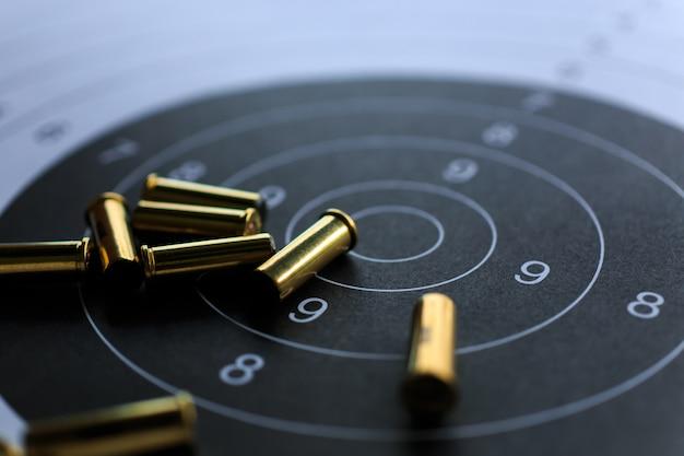 Proiettili sul bersaglio di carta per le esercitazioni di tiro