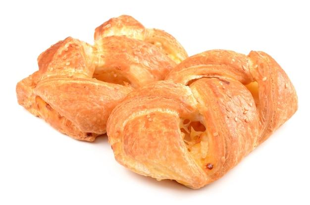 Panino con formaggio isolato su bianco