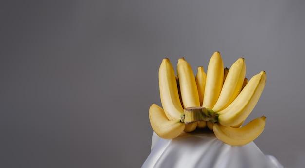 Mazzo di banana su sfondo grigio