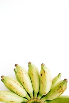 Mazzo di banane isolato. concetto di cibo creativo