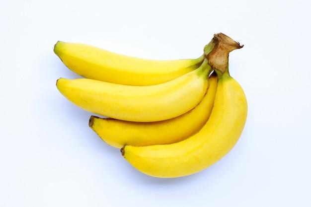 Mazzo di banane isolato su sfondo bianco.