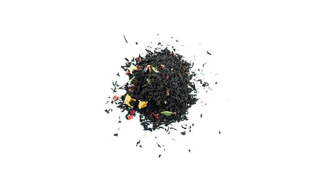 Mazzo di foglie di tè nero con frutti isolati.