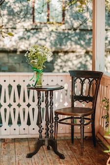 Un mazzo di camomille in vaso sulla tavola di legno in autunno a casa