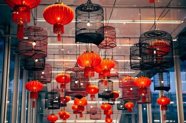 Il mazzo di lanterne leggere della celebrazione del nuovo anno cinese alla notte