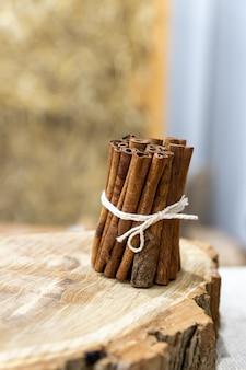 Mazzo di bastoncini di cannella su un ceppo di legno. condimento alimentare naturale.