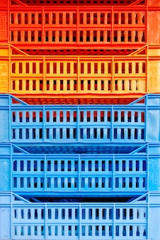 Un mucchio di scatole di plastica colorate una per una