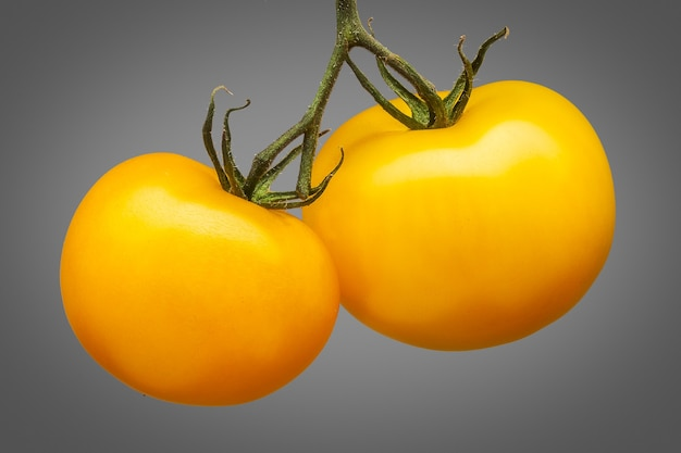 Mazzo di deliziosi pomodori gialli isolato su sfondo grigio con tracciato di ritaglio