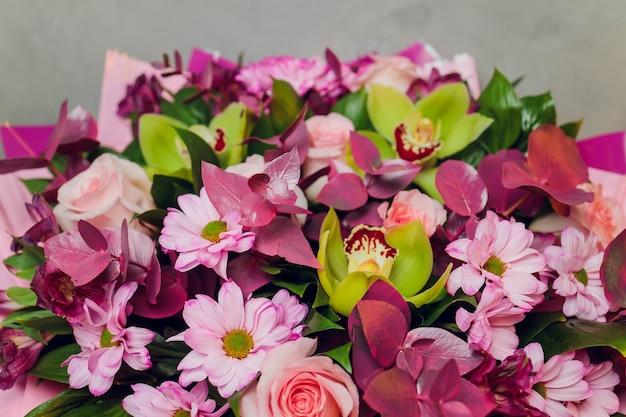 Mazzo di fiori diversi close up sullo sfondo.